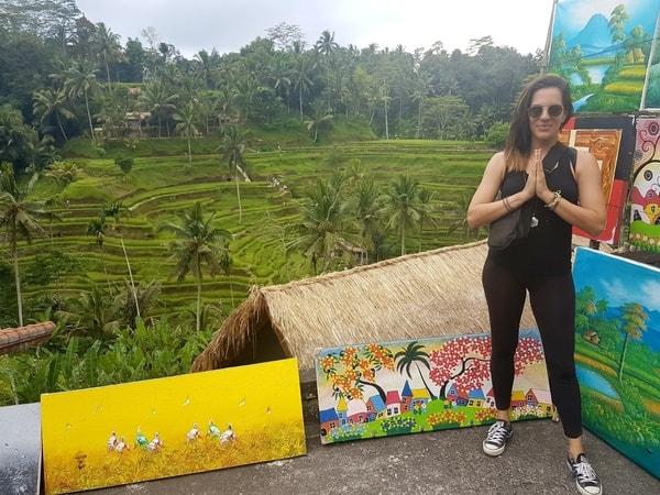 Yogatrainerin Mianamaste vor Reisfeld auf Bali, dankend für Nahrung.