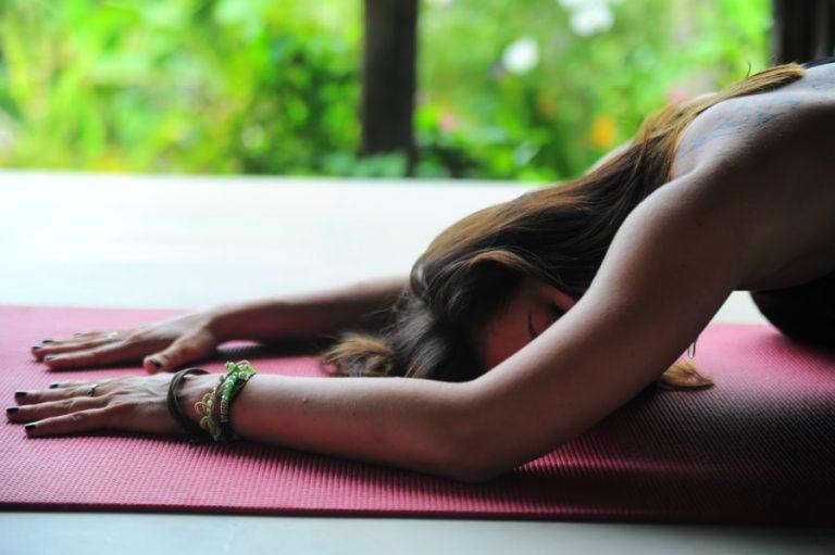 Entspannungstechnik im Meditationskurs in der Position des Kindes.