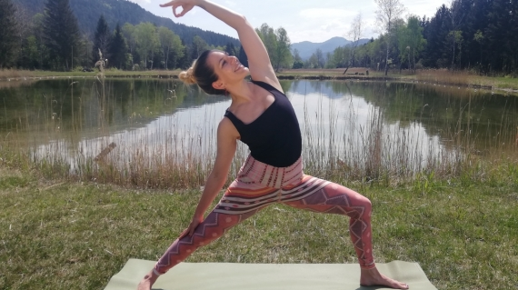 Yogatrainerin MiaNamaste im Moorquell am Längsee.
