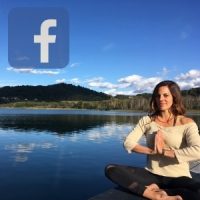 Facebook Bild mit Icon von Mia Namaste am See in Meditationspose.
