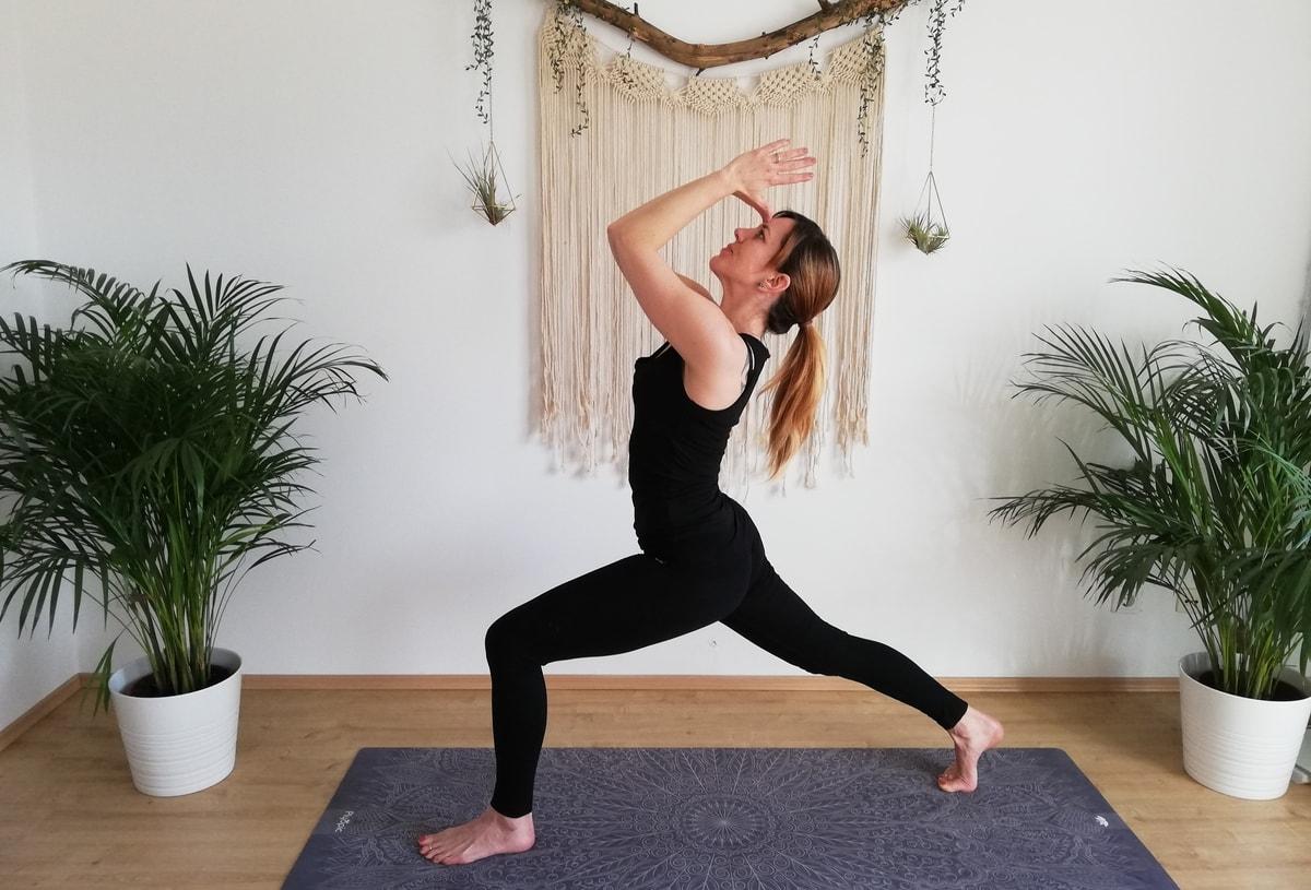 Yogatrainerin Martina im Krieger 1 zuhause beim Online Yoga.