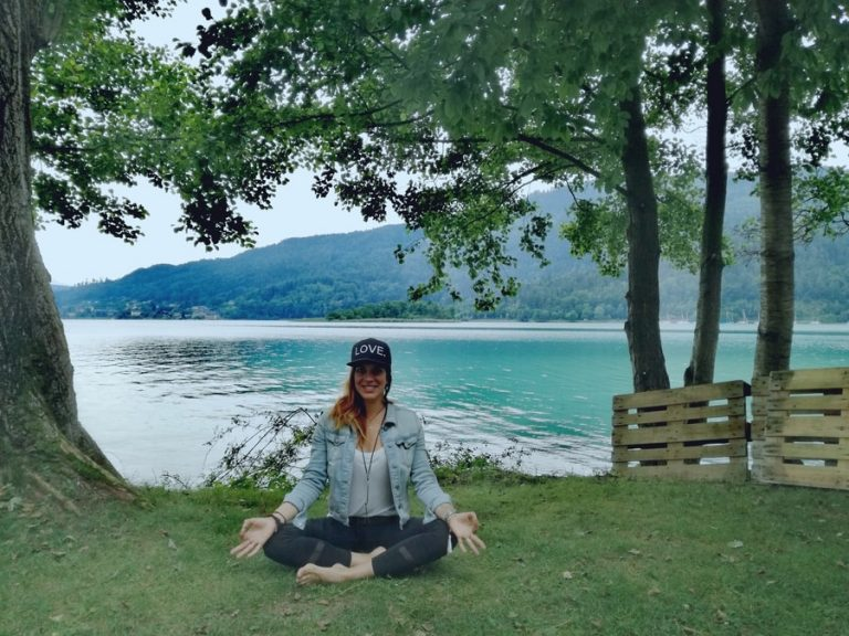 Private Yoga Session am See mit Yogatrainerin Mianamaste.